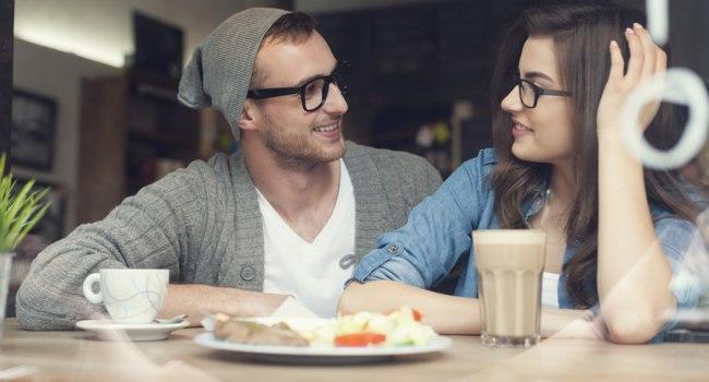 Первое свидание. Девушка устала, зашли в кафе...
