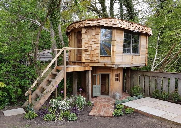 Отец сделал для дочки игровой домик, в котором можно жить на самом деле