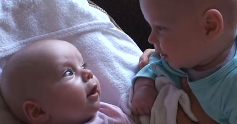 Близнецы смотрели друг на друга. Затем малышка в розовом сделала нечто очень милое!