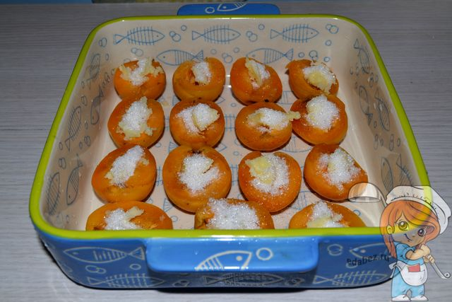 Посыпаем сахаром абрикосы
