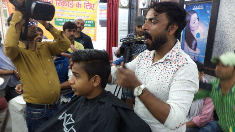 Этому парикмахеру не нужны руки, чтобы сделать дизайнерскую стрижку