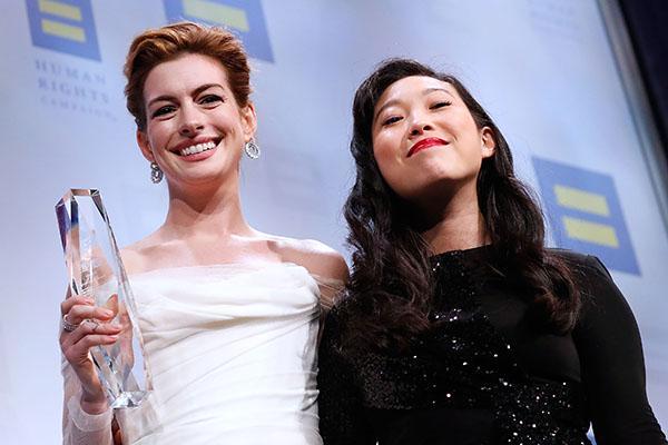 Энн Хэтэуэй в платье невесты получила премию за борьбу с гендерной дискриминацией
