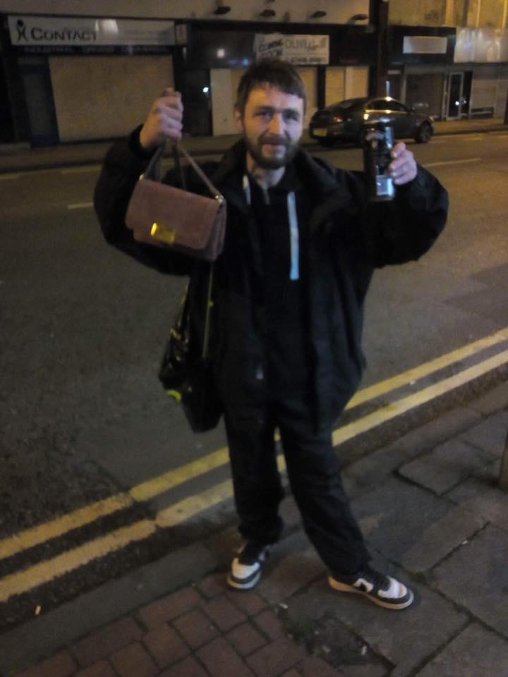 Бездомный мужчина вернул девушке кошелек с 300 долларами. Взамен она полностью изменила его жизнь