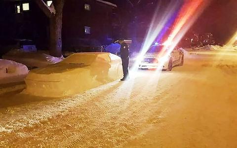 Полиция не смогла выписать штраф за неправильную парковку. Потому что машина была из снега