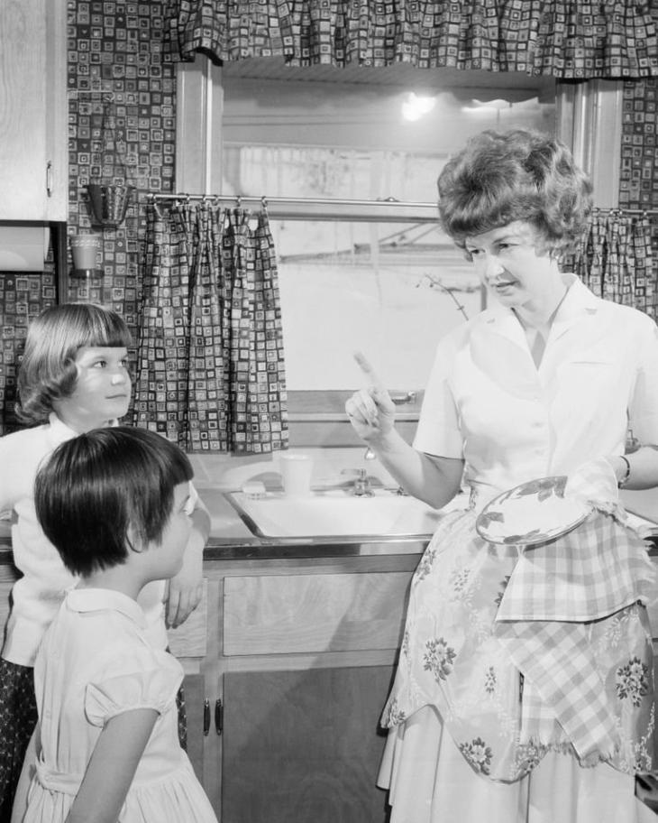 3) Поел? Помой за собой! Такое было правило, были даже целые дежурства и ответственные за посуду после ужина воспитание, дети, интересно, родители, фото, чему учат детей сегодня