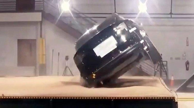 Неваляшка: Tesla Model X так и не смогли перевернуть