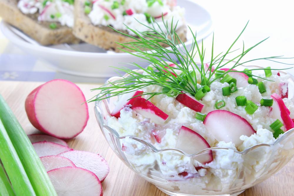 Простой салат из редиски с творогом