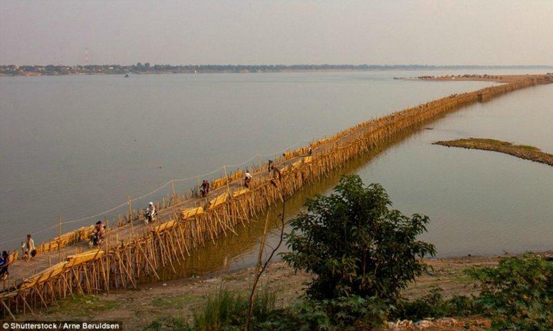 Бамбуковый мост в Камбодже, который  ежегодно разбирают и строят заново