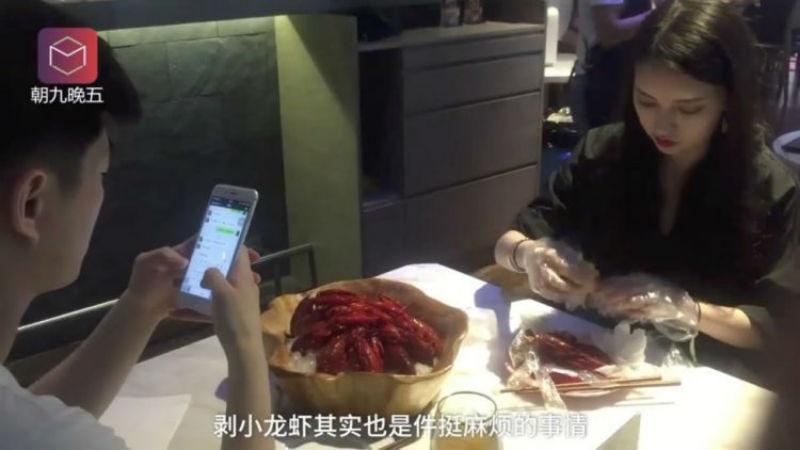 В китайском ресторане появились профессиональные чистильщики раков