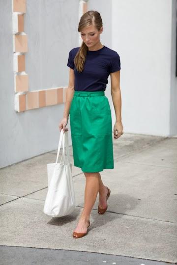 Зеленая юбка сочетается с коричневой обувью
