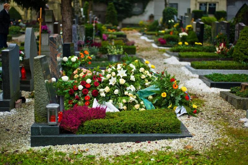 цветы на кладбище значение