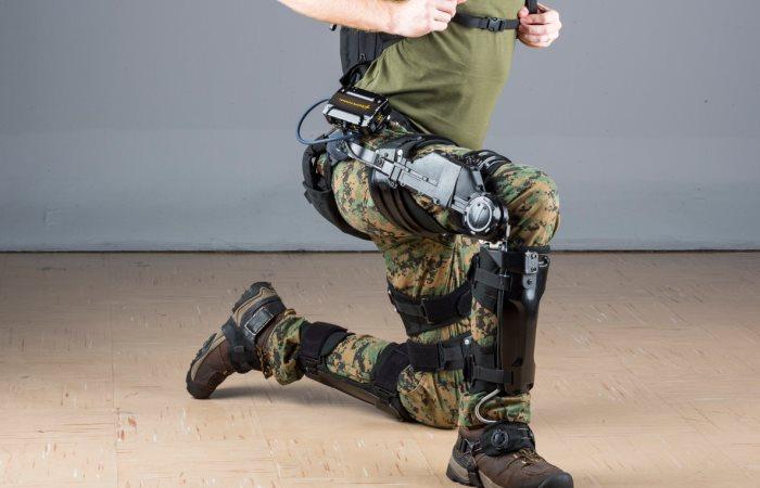 Железный человек» по-русски: журналистам дали примерить отечественный экзоскелет для солдат