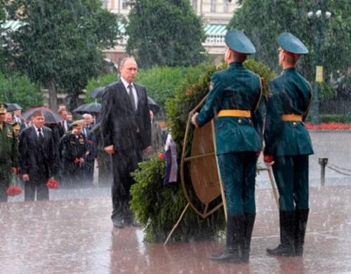 Путин под проливным дождем возложил венки к Могиле Неизвестного Солдата (видео)