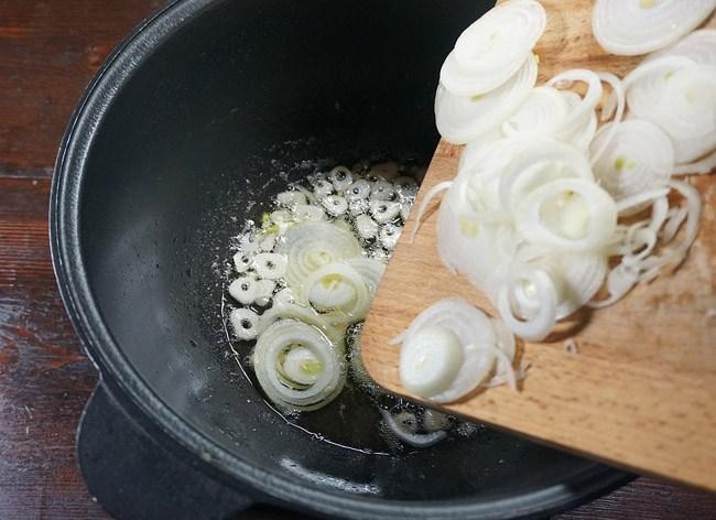 ароматизация масла луком для жаркого с курицей и нутом