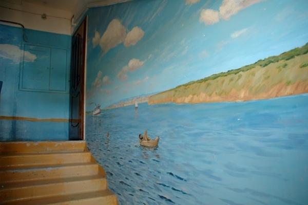 В Астрахани художник превратил подъезд в картинную галерею.
