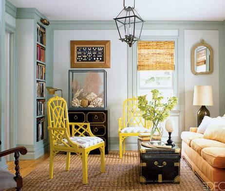В одной комнате мебель разного цвета