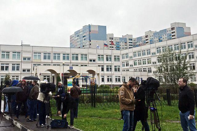 Журналисты у здания школы №1 в Ивантеевке Московской области, где подросток открыл стрельбу.