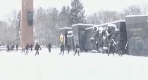 Во Львове нацисты разрушают Монумент Славы советским воинам