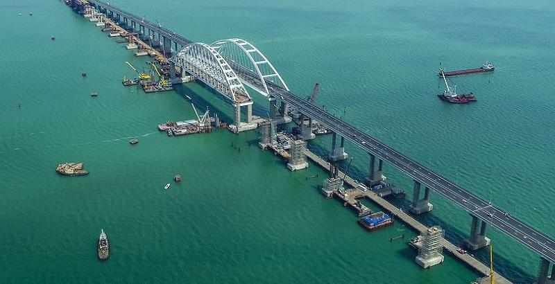 The Times: Путин построил низкий Крымский мост для торговой блокады Киева