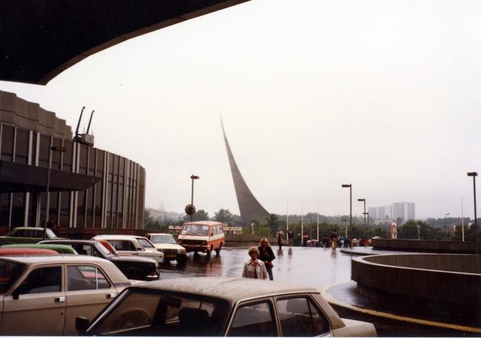 Гостиница Космос и памятник покорителям космоса. СССР, Москва, 1985 год.