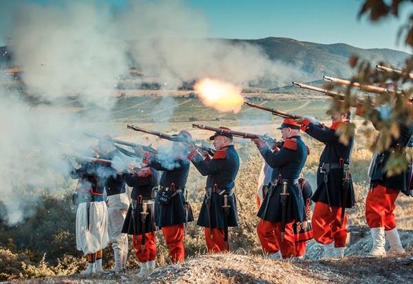 Под залпы артиллерийских ору…