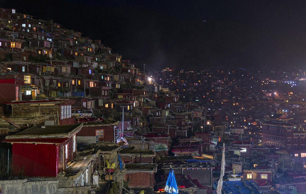 Ночной вид монастырских домиков-общежитий