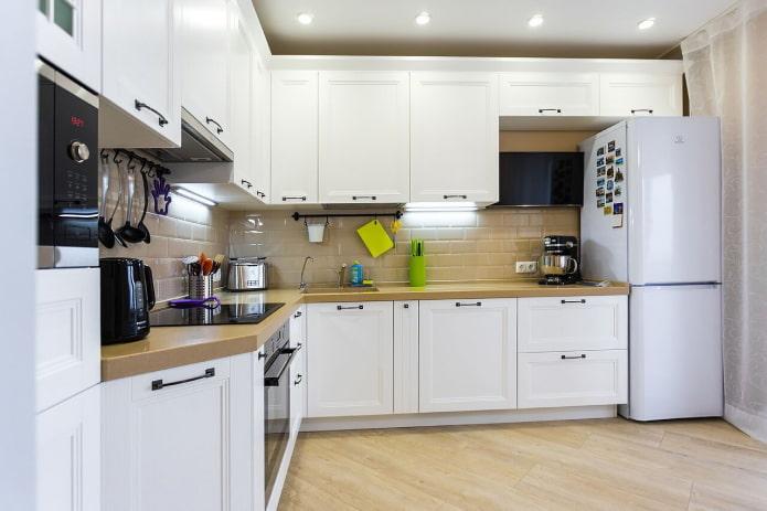 кухня с белым холодильником