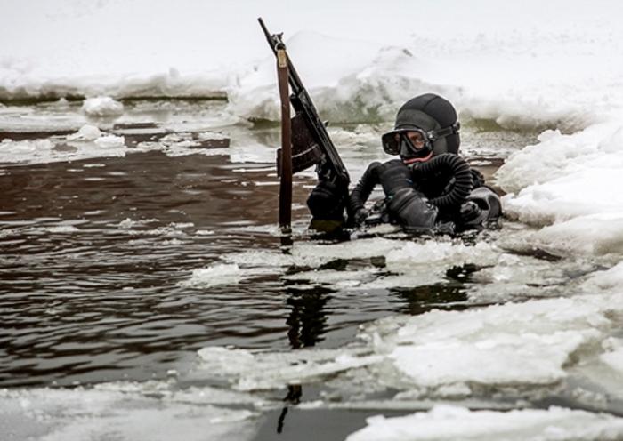 Боевой пловец с подводным автоматом. | Фото: ru.wikipedia.org.