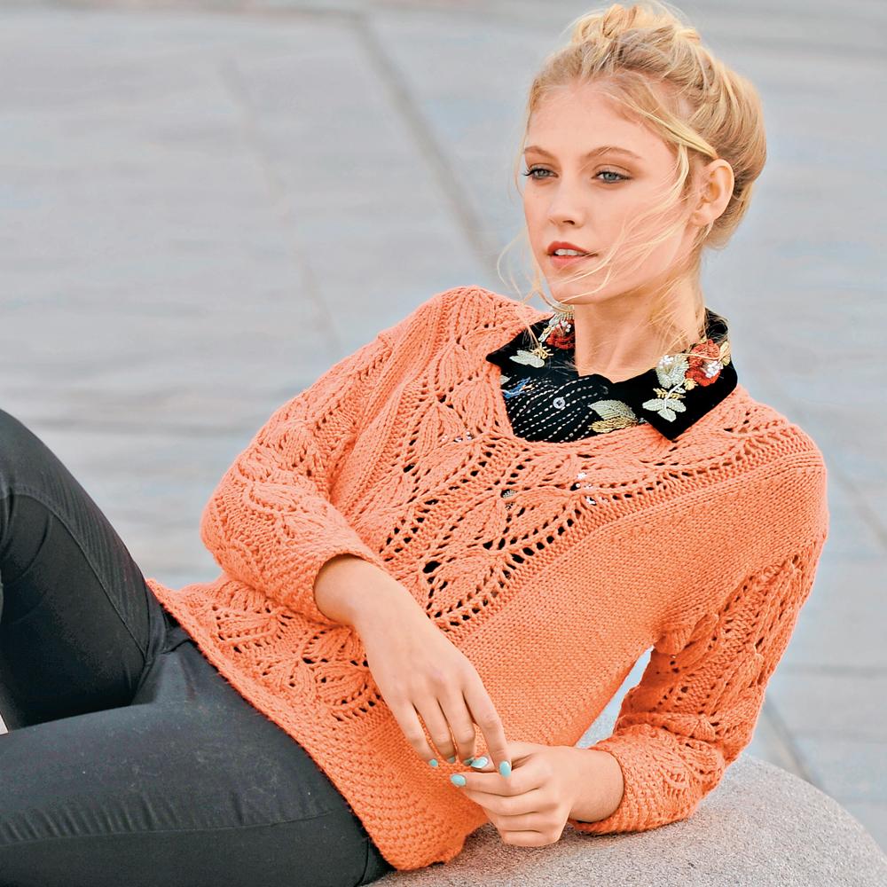 Коралловый пуловер с ажурными листьями