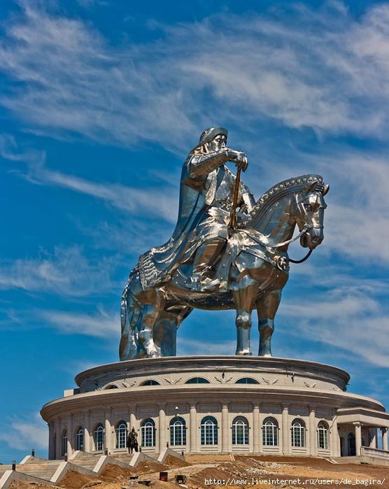 Статуя Чингисхана в Монголии...