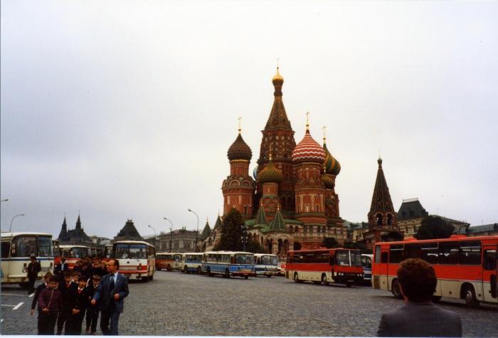 Автобусы возле Собора Василия Блаженного на Красной площади. СССР, Москва, 1985 год.