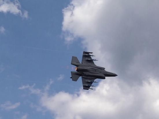 """Полет истребителя F-35 в """"ре…"""