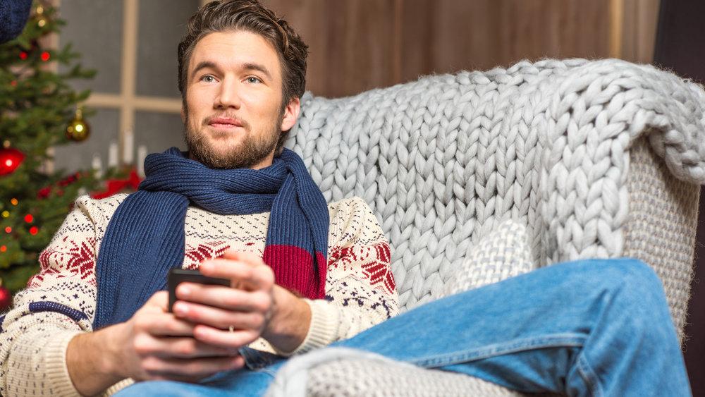 """Samsung запатентовала """"умный"""" свитер, заряжающий гаджеты"""
