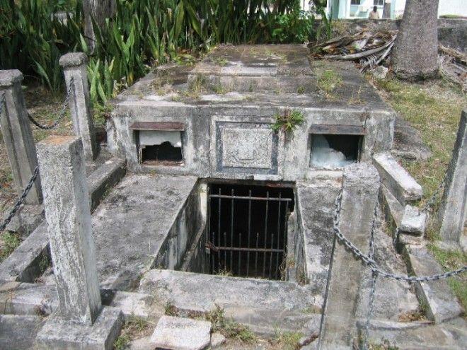 Семейный склеп Чейзов место где сами по себе двигались гробы