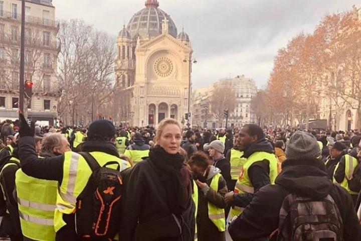 Ума Турман сфотографировалась на фоне протестов «желтых жилетов» в Париже