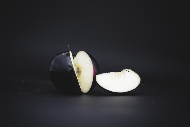 Где растут черные яблоки