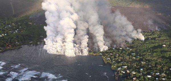 Крупнейшее пресноводное озеро Грин испаряется от потоков лавы