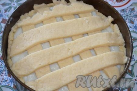 Выложите полоски теста сверху на крем. Поставьте пирог с заварным кремом и яблоками в разогретую до 180 градусов духовку на 40-50 минут. Верх и бока пирога должны зарумяниться.