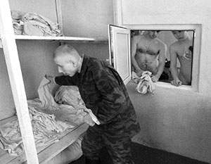 Не  нужны солдатам бани - вернутся домой  - там и помоются.