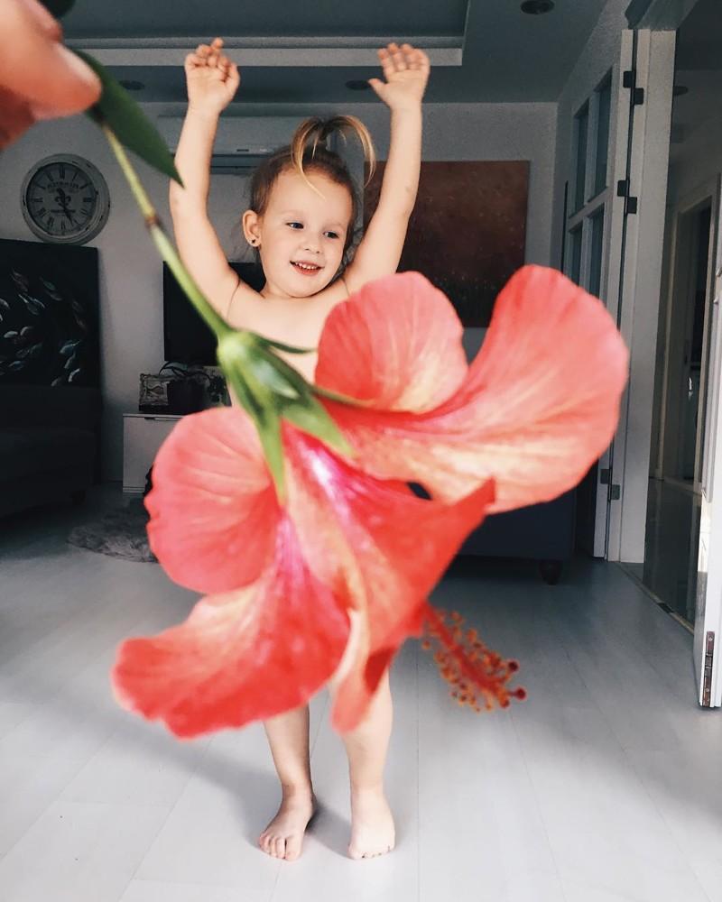 Маленькая девочка и её мама создают забавные воображаемые платья из еды и цветов дети, еда, мало, платье, родители, фантазия, фрукты, цветы