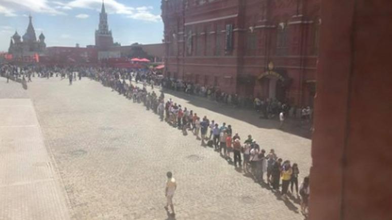 Иностранные болельщики на ЧМ-2018 выстраиваются в гигантские очереди к Мавзолею Ленина.