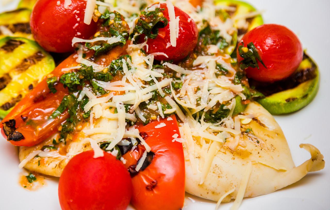 Теплый салат из кальмаров, овощей и сыра