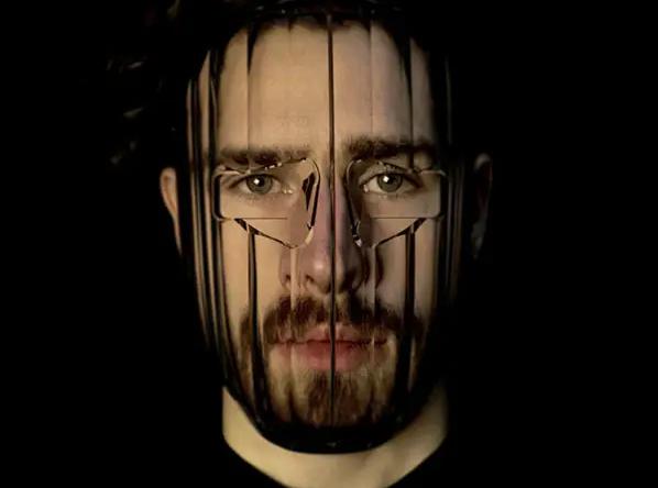Шарф с глазами и маска-линза: как можно обмануть алгоритмы распознавания лица
