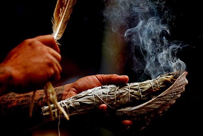 Ритуальный процесс сжигания трав.   Фото: kafepauza.mk.