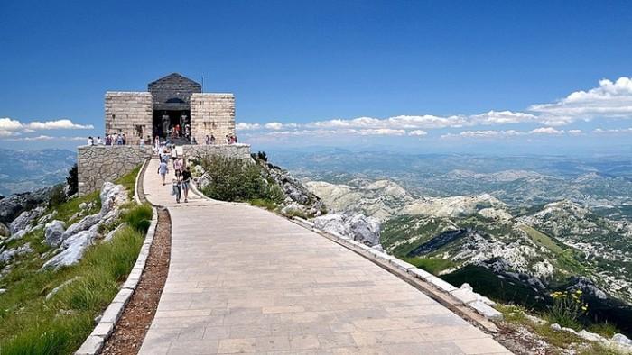 Гробница почитаемого правителя и митрополита Петра II Петровича-Негоша расположена на одной из вершин горы Ловчен.