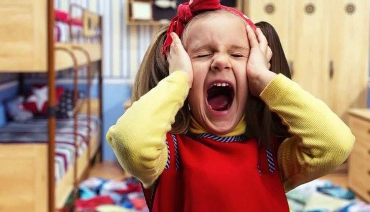 Девочка кричит в истерике