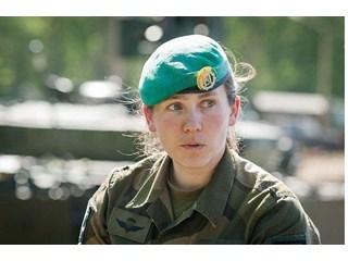 Норвежская командирша танкового отряда знает, что делать, если увидит колонну русских танков