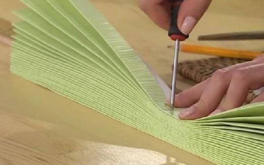 Она превратила рулон обоев в настоящее произведение искусства! Отличная идея для тех, кто еще не определился с выбором тюля или занавесок!