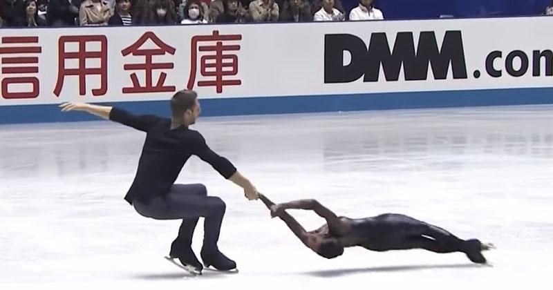 Когда эти фигуристы вышли на лед, все обомлели. От их движений дух захватывает!