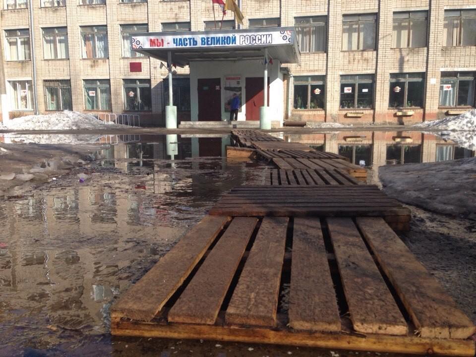 Снятый с кировской школы из-за издёвок в Сети плакат вернут после Дня Победы